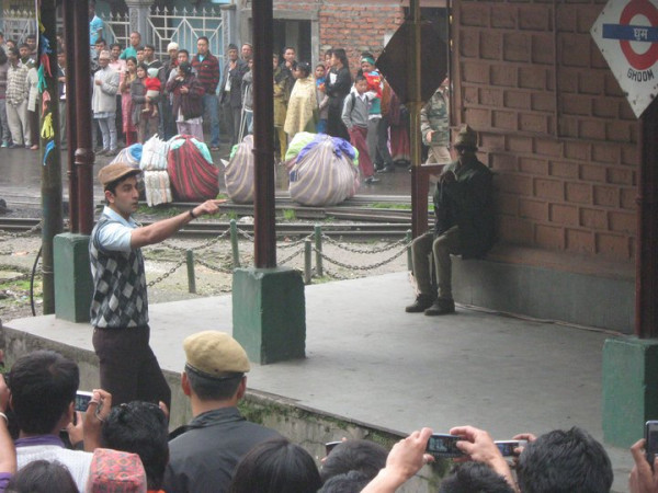 11jun RKdarjeeling01 Ranbir Kapoors Barfee Shoot Interrupted