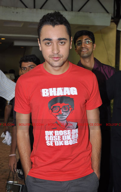 11jun delhibelly tshirts04 Imran launches official Delhi Belly T shirts!