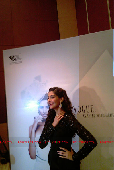 11jun sonamfaceofIIJW24 Sonam Kapoor, the face of IIJW