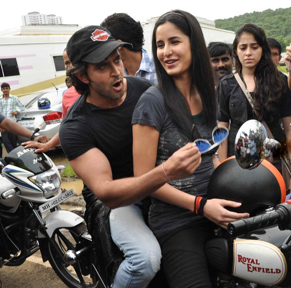 11jul hrithik kat bike01 Katrina takes Hrithik for a ride