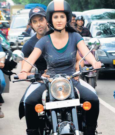 11jul hrithik kat bike02 Katrina takes Hrithik for a ride