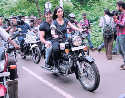 11jul hrithik kat bike03 Katrina takes Hrithik for a ride