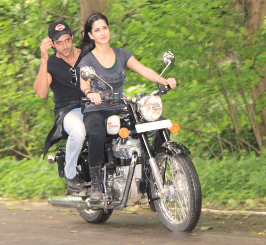 11jul hrithik kat bike04 Katrina takes Hrithik for a ride