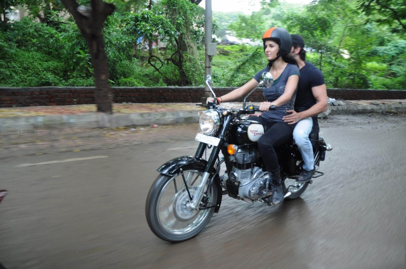 11jul hrithik kat bike05 Katrina takes Hrithik for a ride