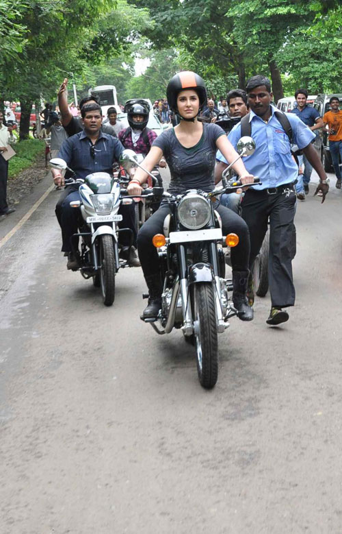 11jul hrithik kat bike09 Katrina takes Hrithik for a ride