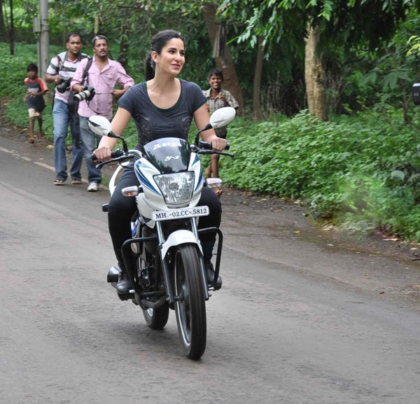 11jul hrithik kat bike10 Katrina takes Hrithik for a ride