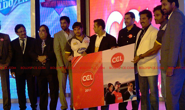 11aug CCL salman08 Salman at Celebrity Cricket League launch