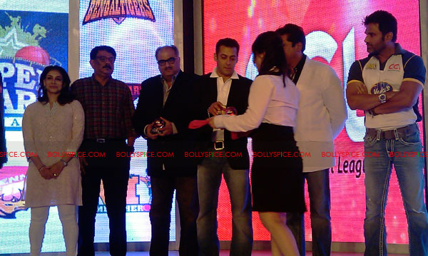 11aug CCL salman19 Salman at Celebrity Cricket League launch