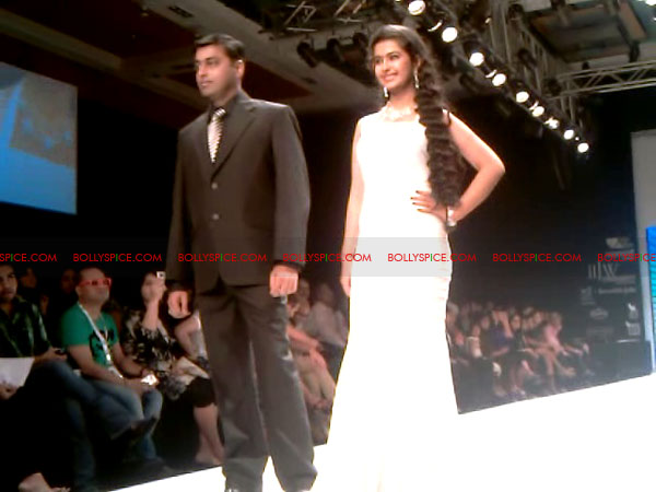11aug Day1 IIJW11 Bolly and Telly Stars Walk the ramp at IIJW