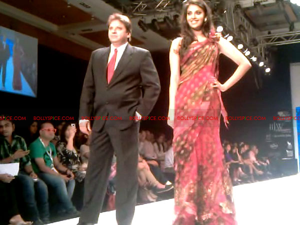 11aug Day1 IIJW12 Bolly and Telly Stars Walk the ramp at IIJW