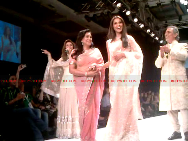 11aug Day1 IIJW15 Bolly and Telly Stars Walk the ramp at IIJW