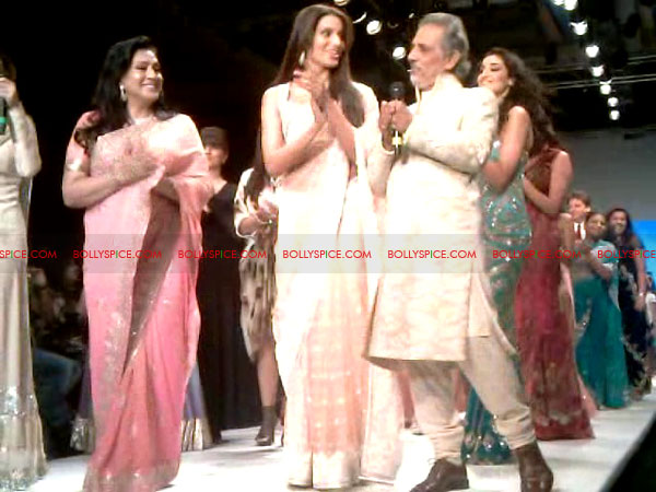 11aug Day1 IIJW16 Bolly and Telly Stars Walk the ramp at IIJW