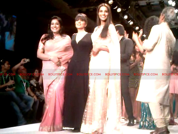 11aug Day1 IIJW18 Bolly and Telly Stars Walk the ramp at IIJW