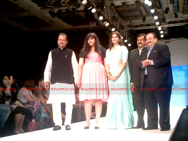 11aug Day1 IIJW20 Bolly and Telly Stars Walk the ramp at IIJW