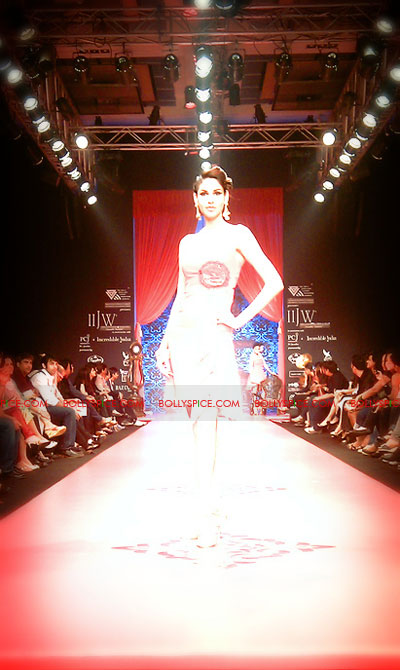 11aug IIJWchetty21 Bolly and Telly Stars Walk the ramp at IIJW
