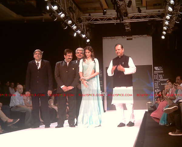11aug IIJWgeetanjali04 Bolly and Telly Stars Walk the ramp at IIJW