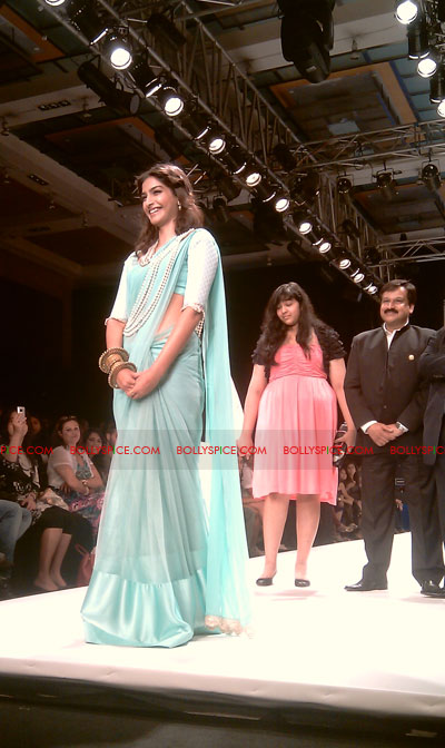 11aug IIJWgeetanjali08 Bolly and Telly Stars Walk the ramp at IIJW