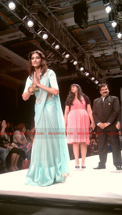 11aug IIJWgeetanjali09 Bolly and Telly Stars Walk the ramp at IIJW