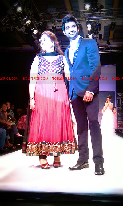 11aug IIJWkapur03 Bolly and Telly Stars Walk the ramp at IIJW