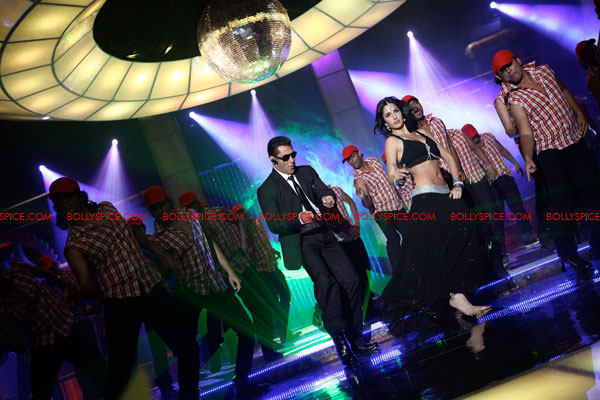 11aug bodyguarditemsong04 The Special Guest in the Bodyguard Item song!