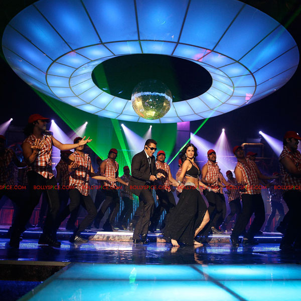 11aug bodyguarditemsong06 The Special Guest in the Bodyguard Item song!