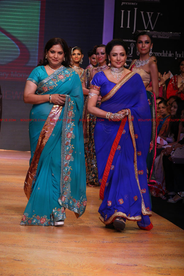 11aug hemamalini showstopperIIFW02 Hema Malini was the show stopper for Nisha Sagar & Scintillating Jewellery