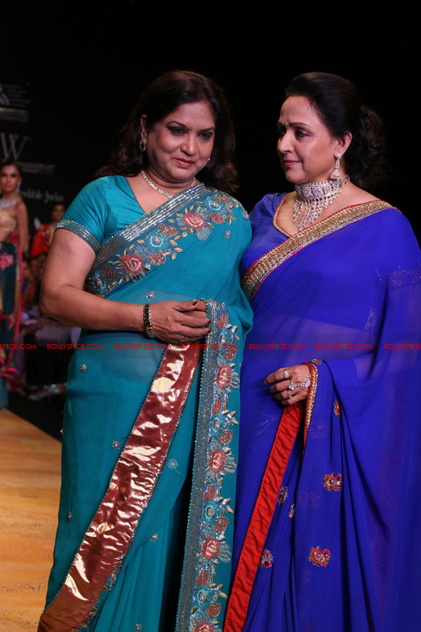 11aug hemamalini showstopperIIFW03 Hema Malini was the show stopper for Nisha Sagar & Scintillating Jewellery