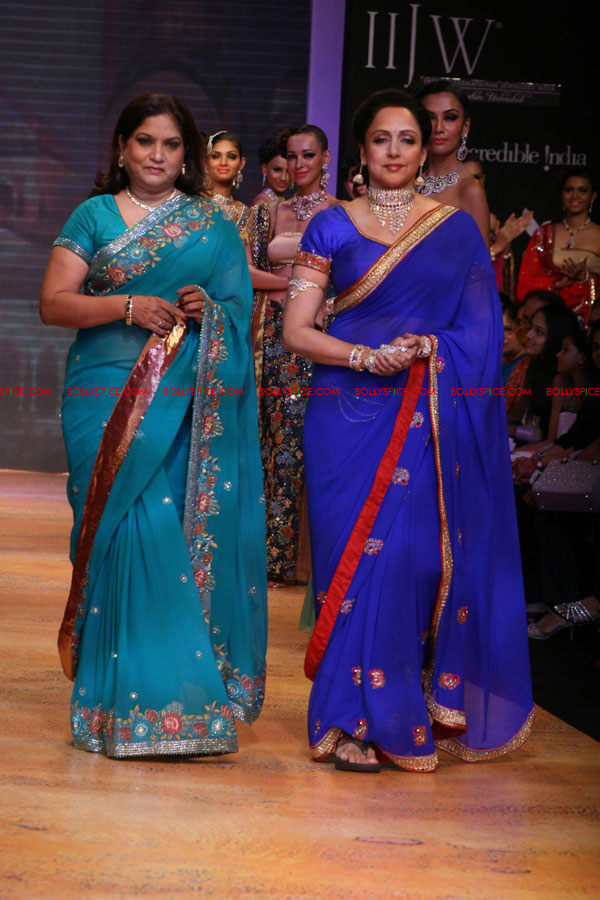 11aug hemamalini showstopperIIFW04 Hema Malini was the show stopper for Nisha Sagar & Scintillating Jewellery