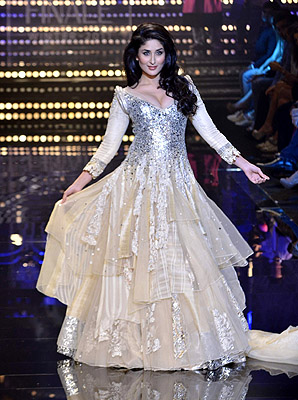 11aug kareenalakmeshowstopper01 Kareena Kapoor dazzles on the catwalk