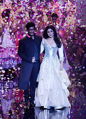 11aug kareenalakmeshowstopper02 Kareena Kapoor dazzles on the catwalk