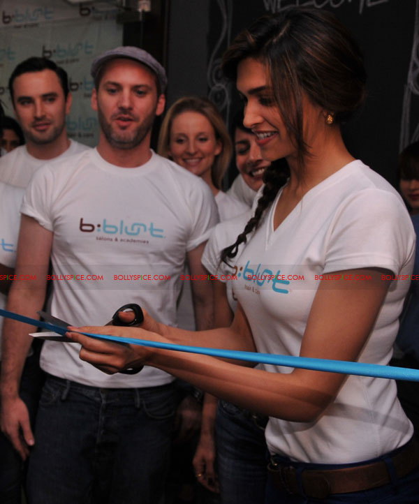 11sep bbluntlaunchdeepika05 Deepika Padukone launches the new b:blunt salon in Bangalore