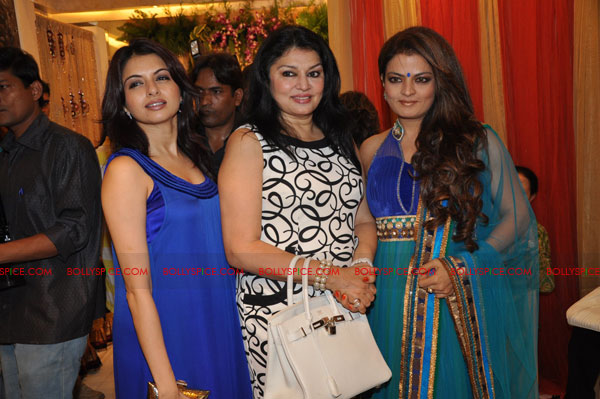 11sep nishasagar smitten04 Nisha Sagar unveils her latest anaarkalis 'SMITTEN' & diamonds are their best friends