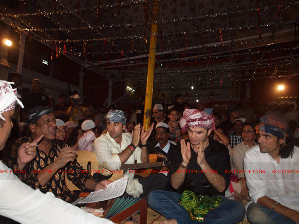 11sep rockstar dargah04 Team 'Rockstar' pays a special tribute at the Hazrat Nizamuddin Dargah