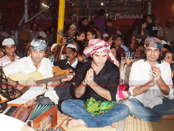 11sep rockstar dargah05 Team 'Rockstar' pays a special tribute at the Hazrat Nizamuddin Dargah