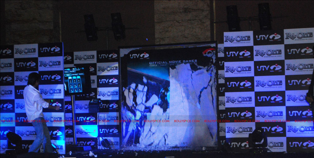 11oct SRK raoneipad01 Shah Rukh Khan launches Ra.One games