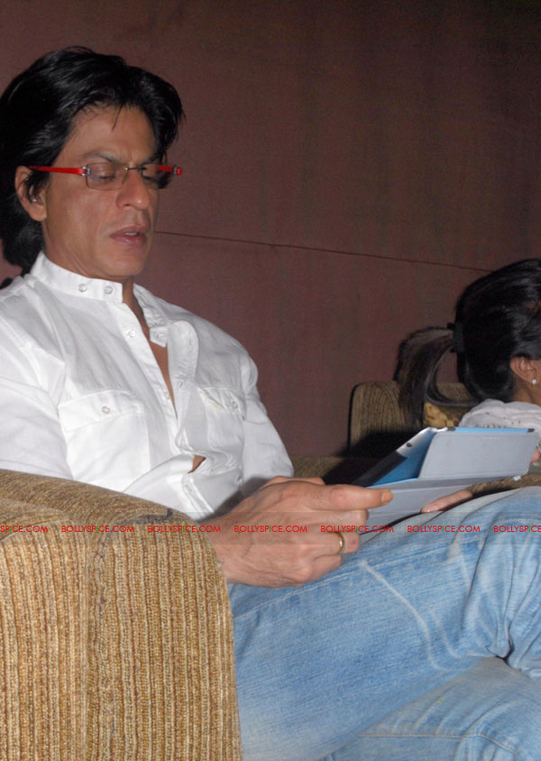 11oct SRK raoneipad02 Shah Rukh Khan launches Ra.One games