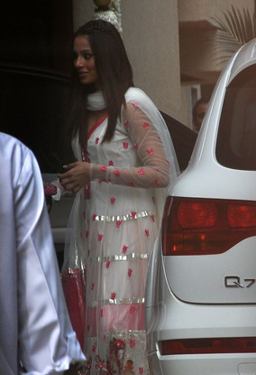 11oct aish baby shower04 Aishwarya Rai Bachchan's star studded Baby Shower!