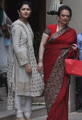 11oct aish baby shower07 Aishwarya Rai Bachchan's star studded Baby Shower!