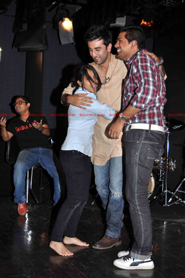 11oct rockstarNMIMS05 Ranbir Kapoor & team Rockstar makes NMIMS students go berserk!