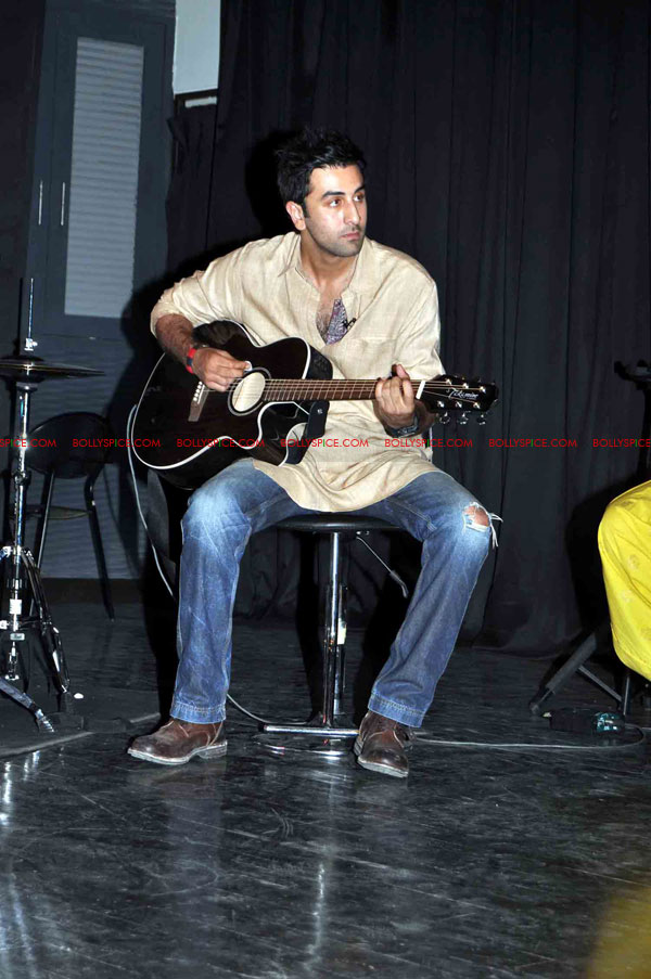 11oct rockstarNMIMS06 Ranbir Kapoor & team Rockstar makes NMIMS students go berserk!