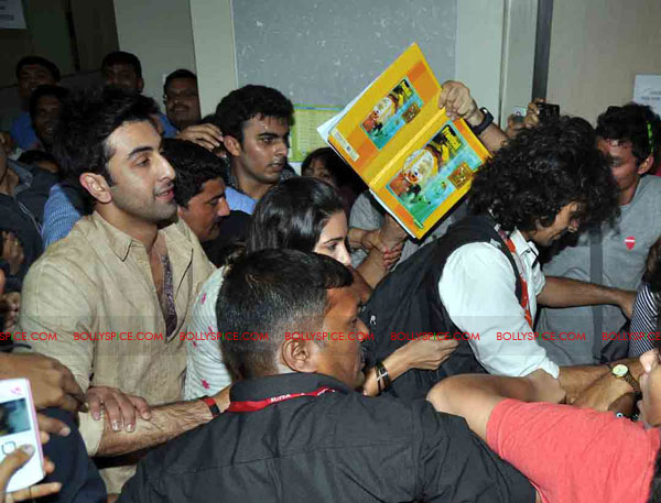 11oct rockstarNMIMS08 Ranbir Kapoor & team Rockstar makes NMIMS students go berserk!
