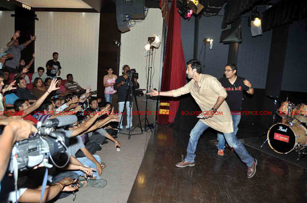11oct rockstarNMIMS09 Ranbir Kapoor & team Rockstar makes NMIMS students go berserk!