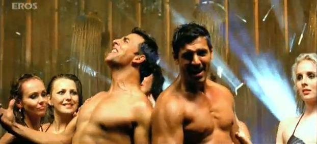 Screen Shot 2011 10 15 at 11.37.21 AM1 Akshay Kumar's hot new avatar in 'Desi Boyz' sends temperatures soaring!