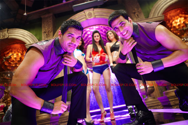 11nov desiboyz still 17 Check out the Desi Boyz Posters & Stills