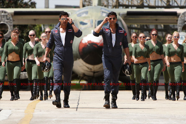 11nov desiboyz still 21 Check out the Desi Boyz Posters & Stills