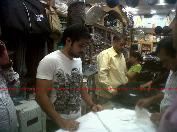 11nov emraan kurta Emraan Hashmi buying a kurta for the Nizamuddin prayer