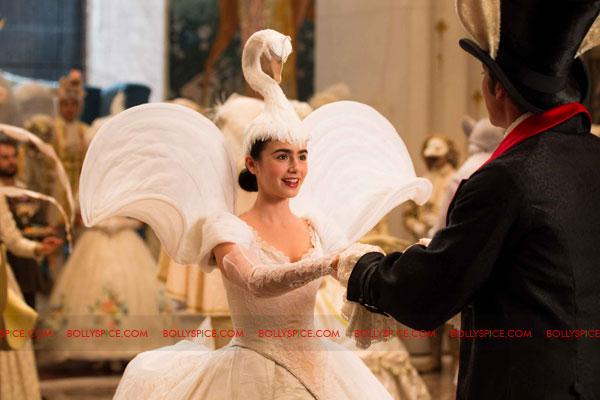 11nov julia mirrormirror02 Julia Roberts stars in Tarsem Singhs Mirror Mirror