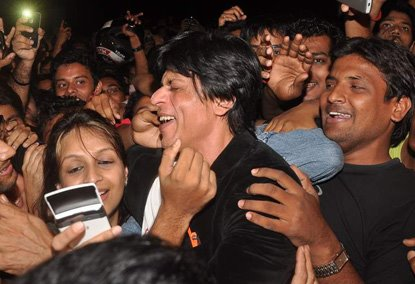 srkbday03 Shah Rukh Khan does a Birthday Chammak Challo For His Fans