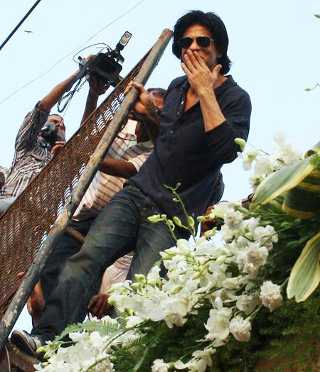srkbday07 Shah Rukh Khan does a Birthday Chammak Challo For His Fans