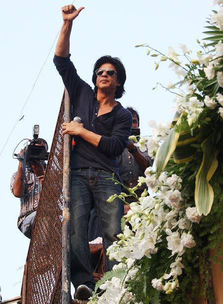 srkbday08 Shah Rukh Khan does a Birthday Chammak Challo For His Fans